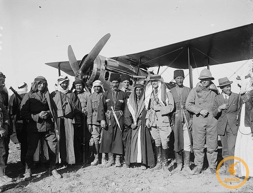 Главы бедуинских и черкесских общин на аэродроме Аммана, Иордания (1921)