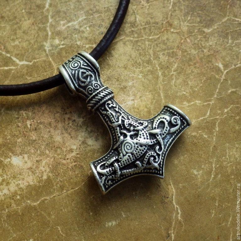 Друидический крест Тау в Скандинавии символизирует молот бога Тора и похож на черкесский